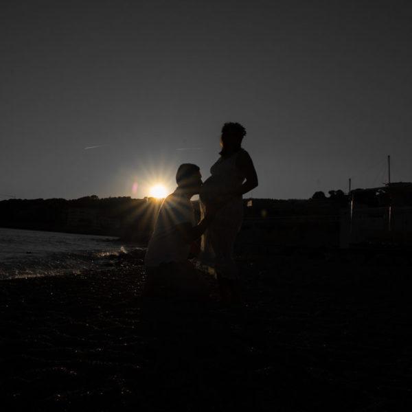 Séance photo de grossesse en bord de mer à Cassis
