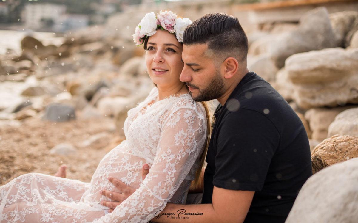 Séance photo de grossesse sur la plage à Cassis